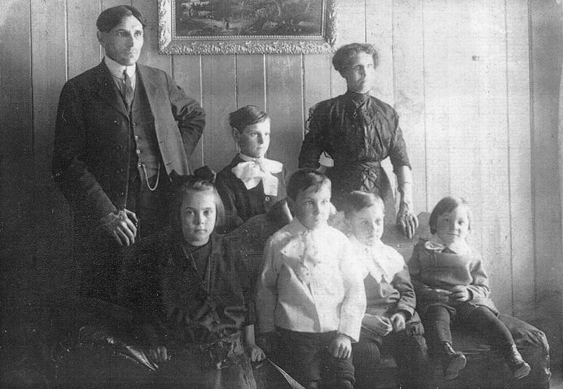 Arthur Aubut, agent de station de 1915 à 1935 et Emma Chassé